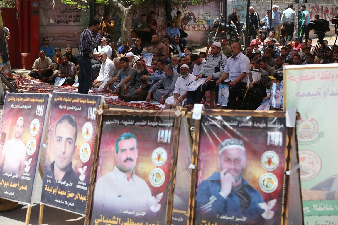 الجهاد الاسلامي تقيم صلاة الجمعة امام مقر الصليب الاحمر بغزة تضامنا مع الاسرى في سجون الاحتلال (38076943) 