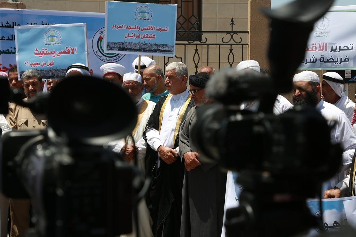 وقفة  احتجاجا على اغلاق المسجد الاقصى ومنع الصلاة فيه (38863367) 