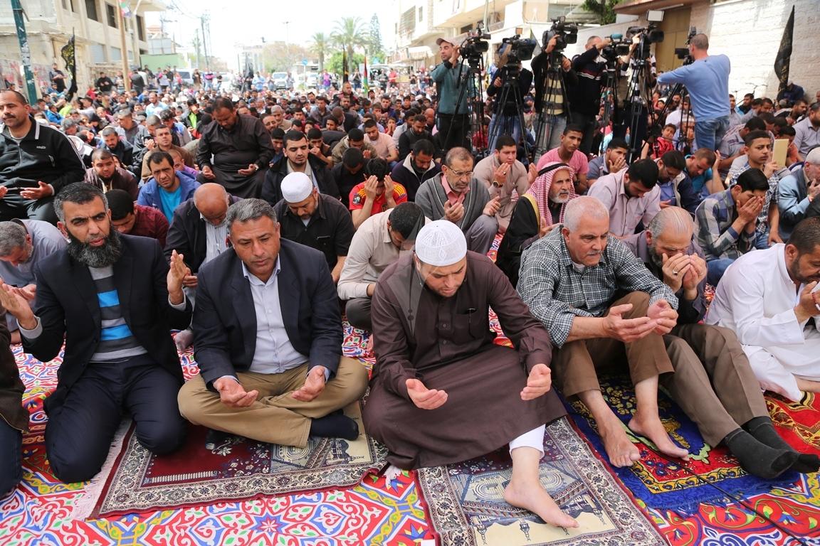صلاة الجمعة امام مقر الصليب الاحمر بغزة تضامنا مع الاسرى في سجون الاحتلال (39649818) 