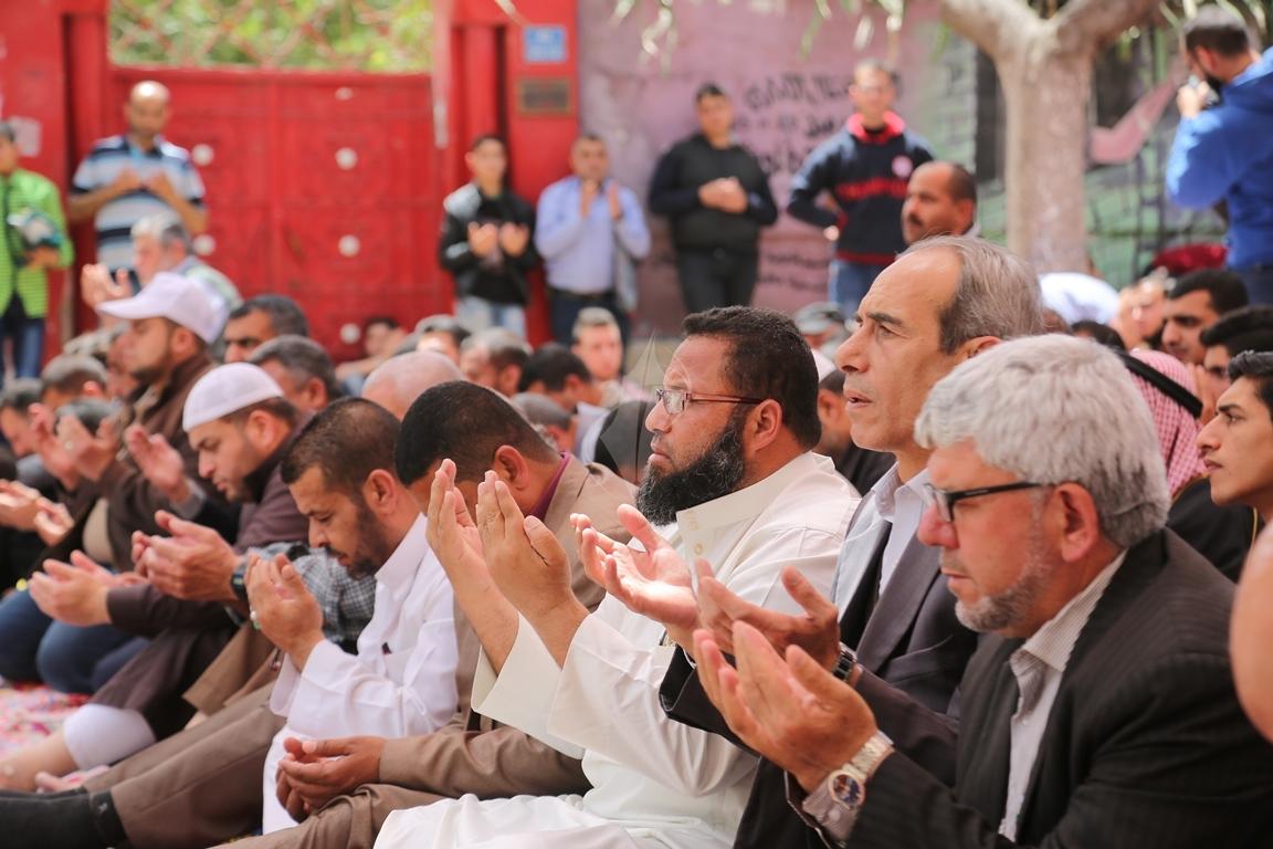 صلاة الجمعة امام مقر الصليب الاحمر بغزة تضامنا مع الاسرى في سجون الاحتلال (39649817) 