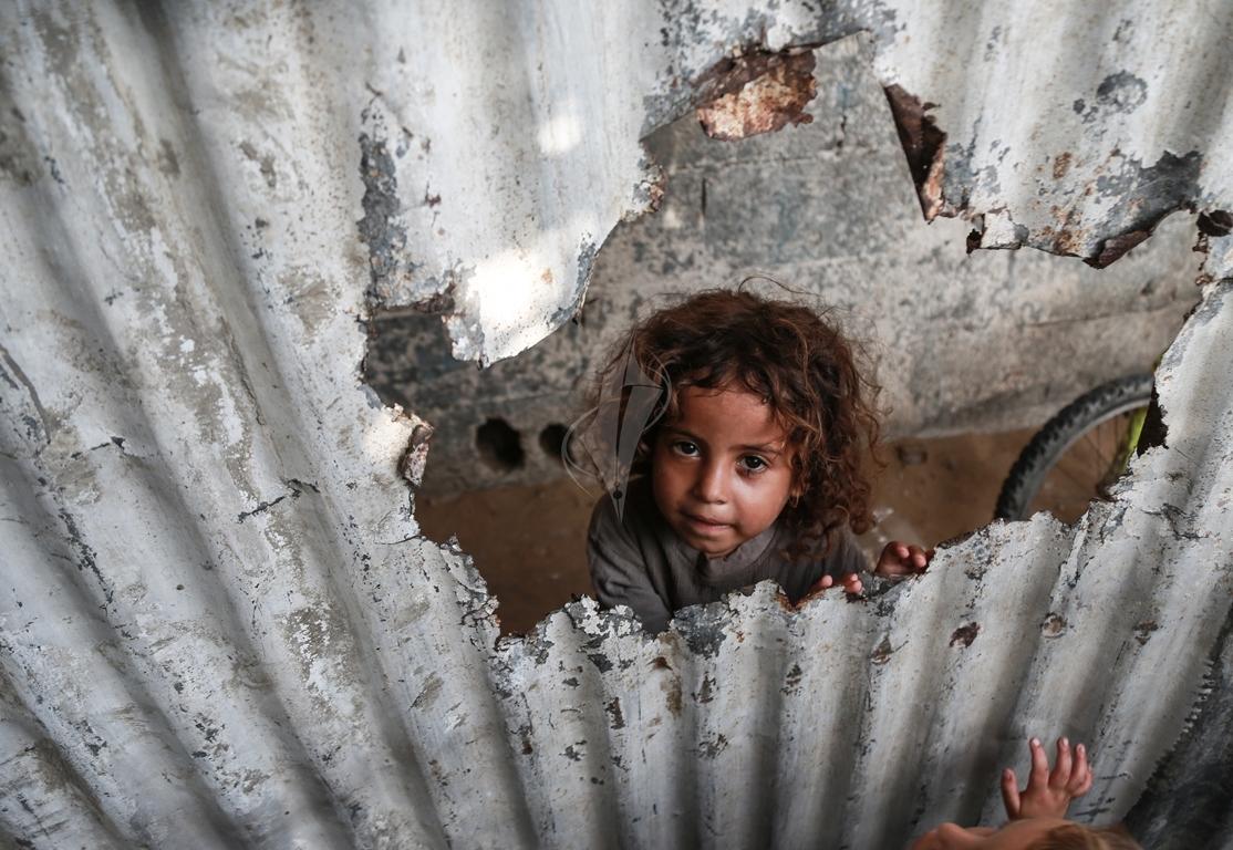 أطفال غزة يلعبون على طريقتهم الخاصة رغم البؤس والفقر والحصار (39518723) 