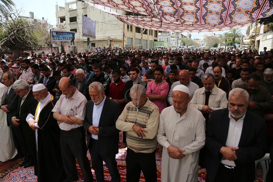 صلاة الجمعة امام مقر الصليب الاحمر بغزة تضامنا مع الاسرى في سجون الاحتلال (39649822) 