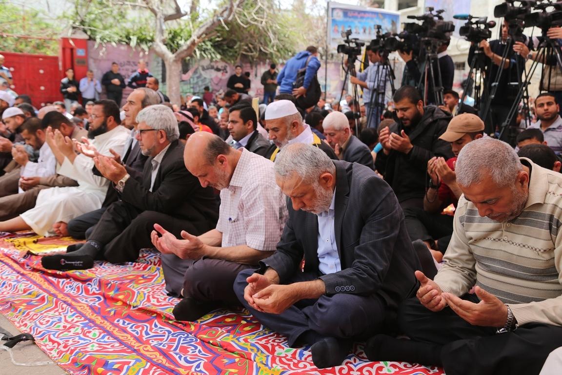صلاة الجمعة امام مقر الصليب الاحمر بغزة تضامنا مع الاسرى في سجون الاحتلال (39649816) 