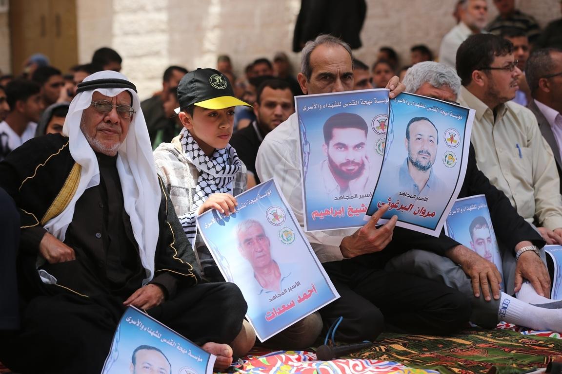 الجهاد الاسلامي تقيم صلاة الجمعة امام مقر الصليب الاحمر بغزة تضامنا مع الاسرى في سجون الاحتلال (1)