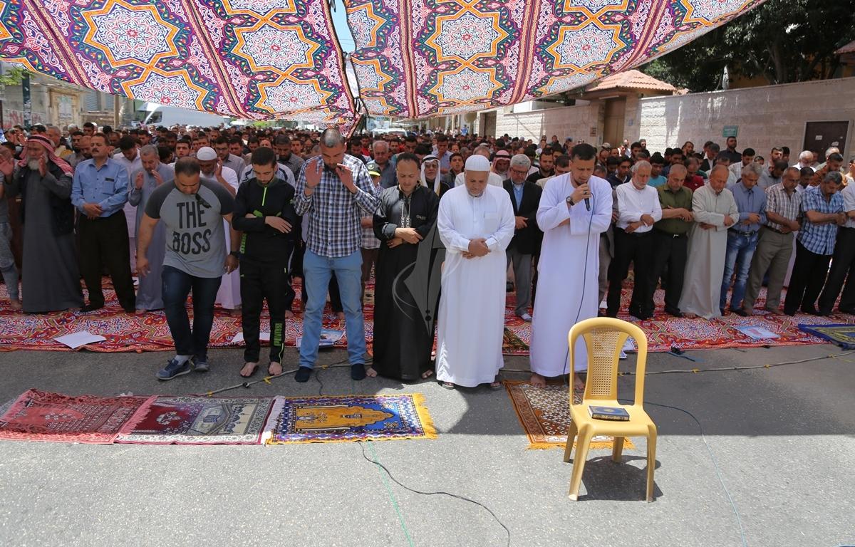 الجهاد الاسلامي تقيم صلاة الجمعة امام مقر الصليب الاحمر بغزة تضامنا مع الاسرى في سجون الاحتلال (38076955) 