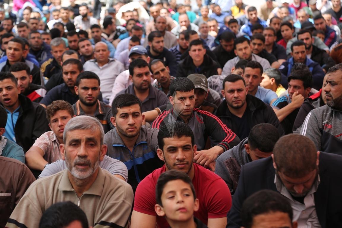 صلاة الجمعة امام مقر الصليب الاحمر بغزة تضامنا مع الاسرى في سجون الاحتلال (39649801) 