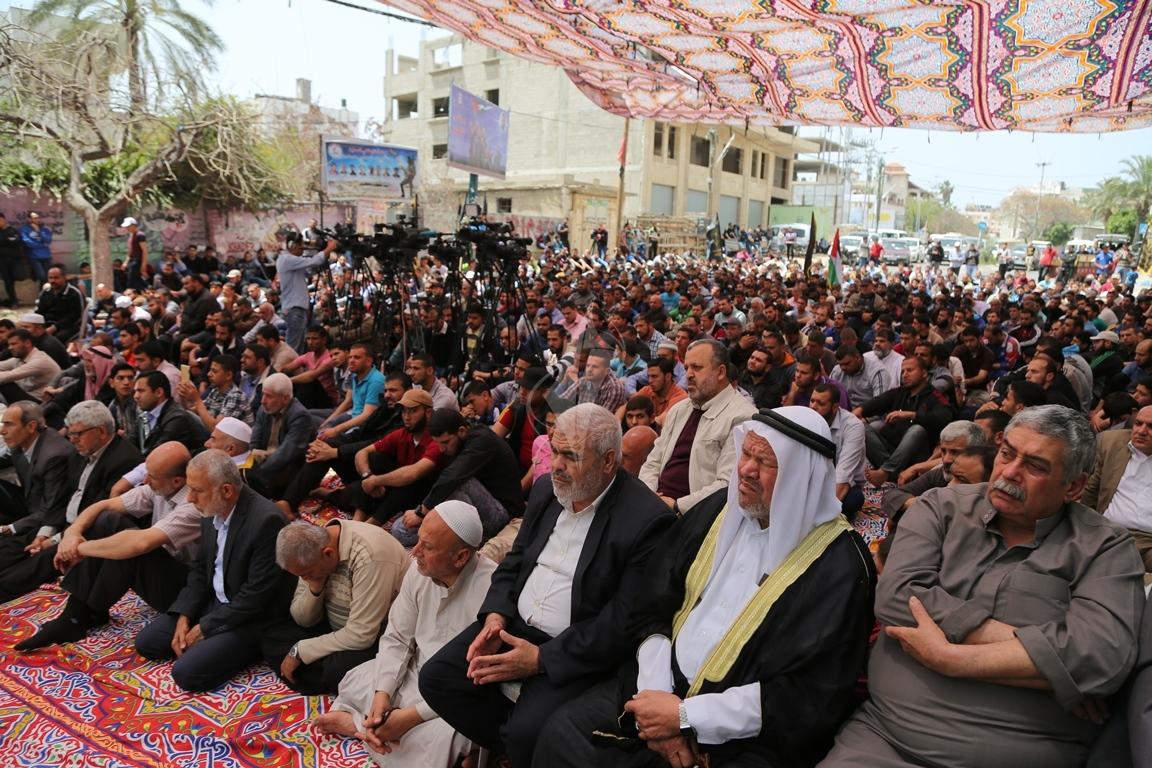 صلاة الجمعة امام مقر الصليب الاحمر بغزة تضامنا مع الاسرى في سجون الاحتلال (39649809) 