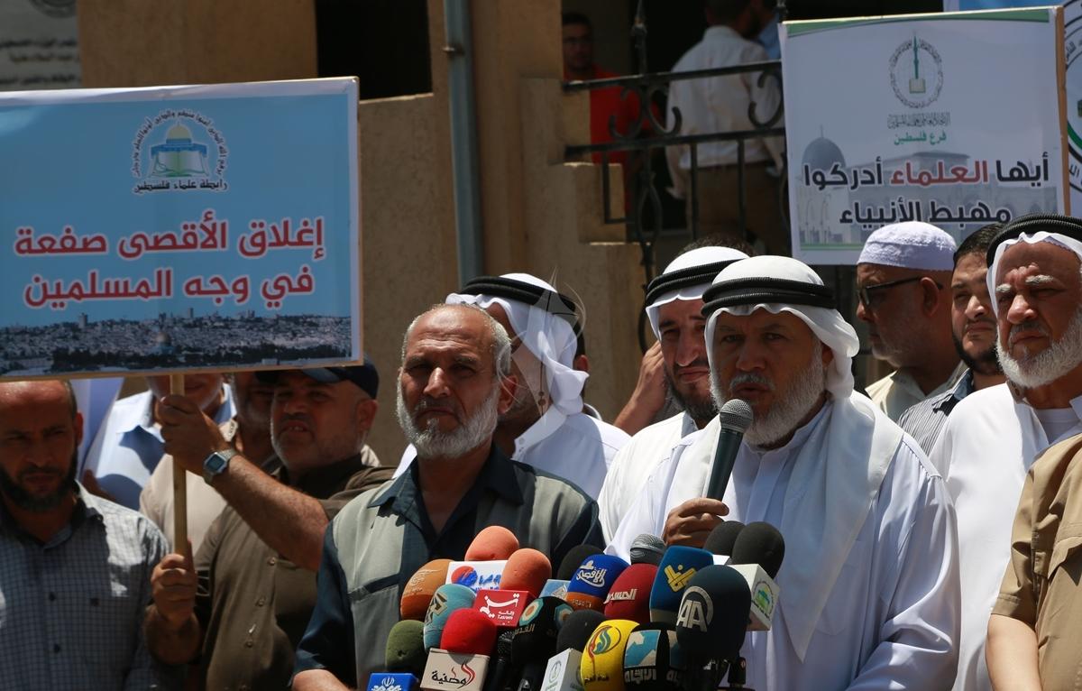 وقفة  احتجاجا على اغلاق المسجد الاقصى ومنع الصلاة فيه (38863372) 