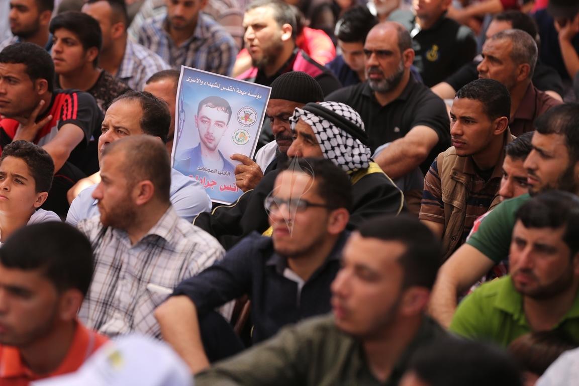 الجهاد الاسلامي تقيم صلاة الجمعة امام مقر الصليب الاحمر بغزة تضامنا مع الاسرى في سجون الاحتلال (38076945) 