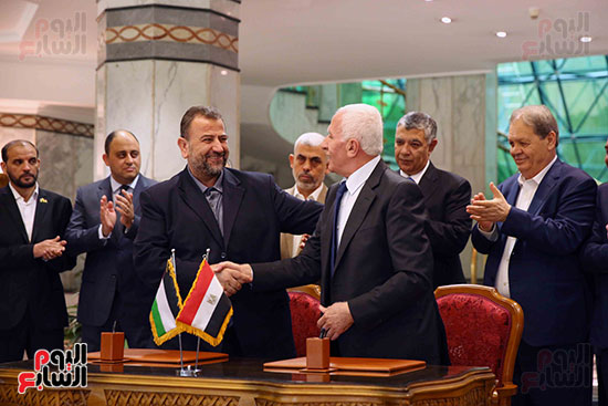 57587-توقيع-اتفاقية-المصالحة-بين-فتح-وحماس-(17)