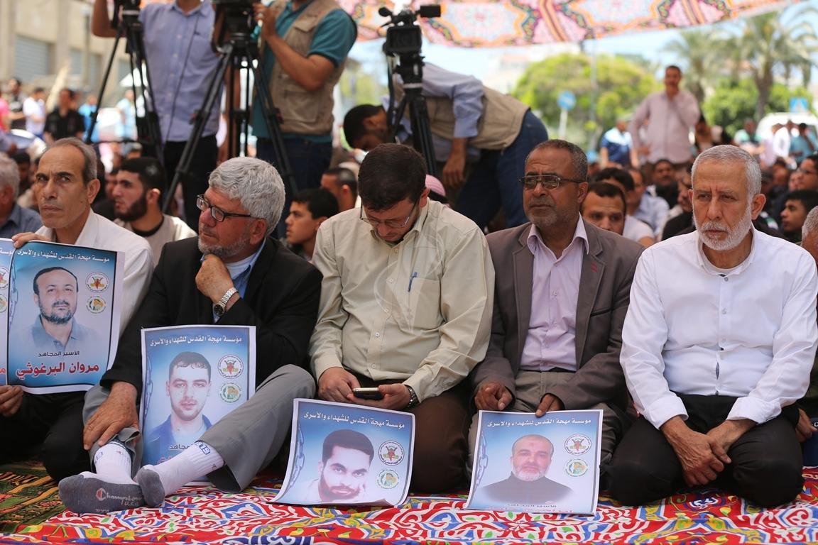 الجهاد الاسلامي تقيم صلاة الجمعة امام مقر الصليب الاحمر بغزة تضامنا مع الاسرى في سجون الاحتلال (38076931) 