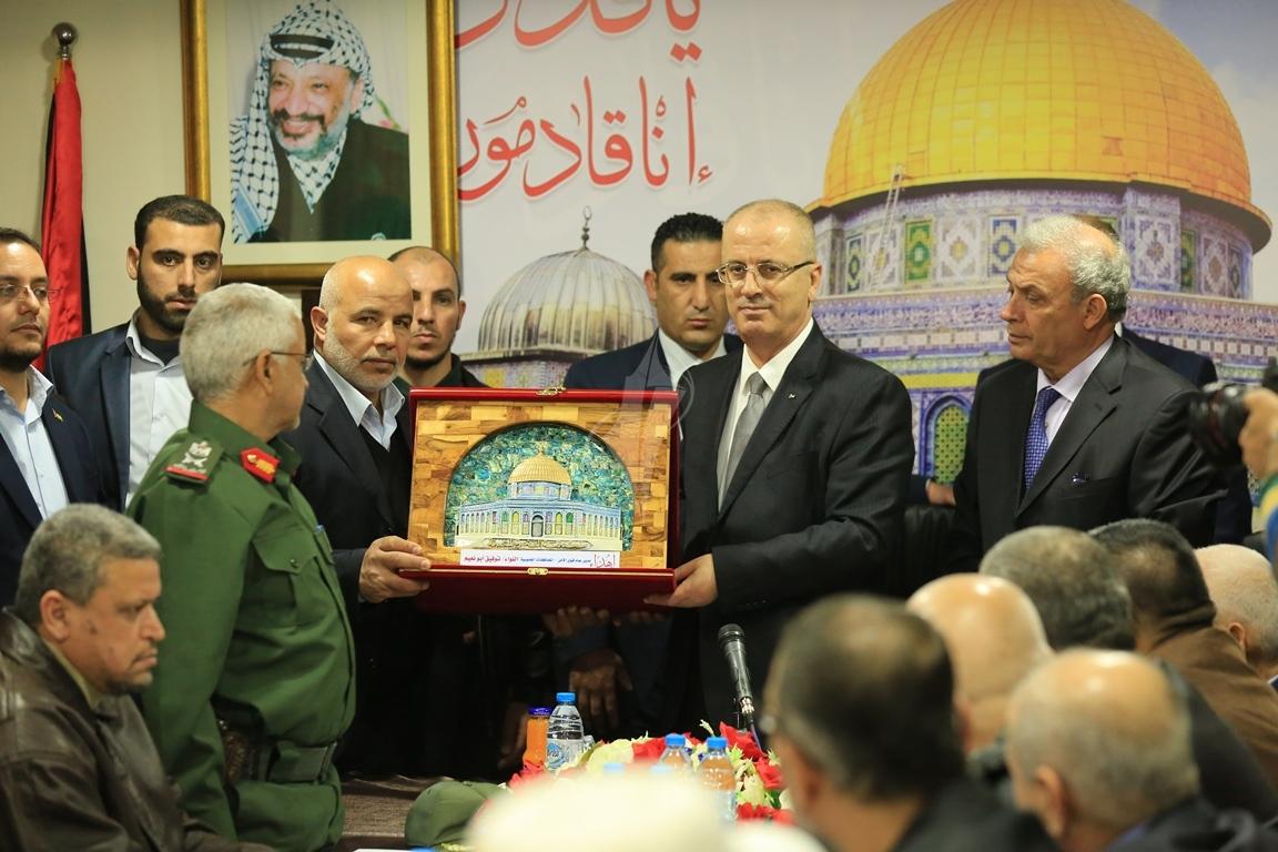 الحمد الله يتسلم وزارة الداخلية في قطاع غزة (38863370) 