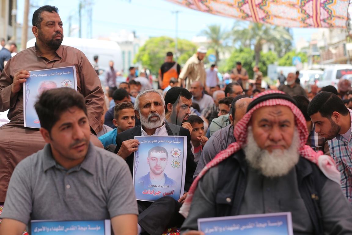 الجهاد الاسلامي تقيم صلاة الجمعة امام مقر الصليب الاحمر بغزة تضامنا مع الاسرى في سجون الاحتلال (38076929) 