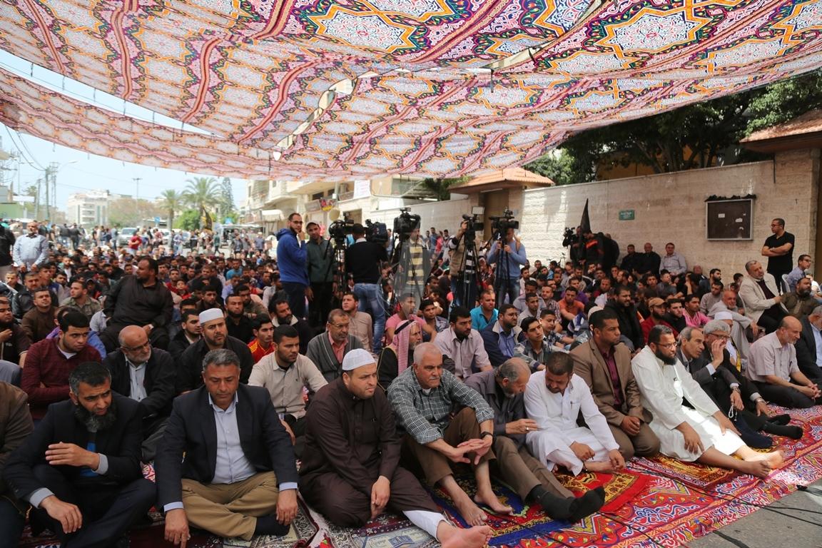 صلاة الجمعة امام مقر الصليب الاحمر بغزة تضامنا مع الاسرى في سجون الاحتلال (1)