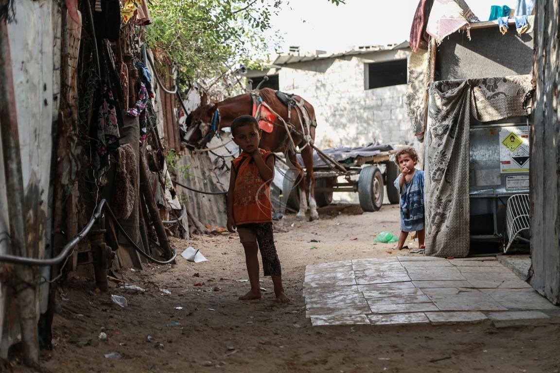 أطفال غزة يلعبون على طريقتهم الخاصة رغم البؤس والفقر والحصار (39518724) 
