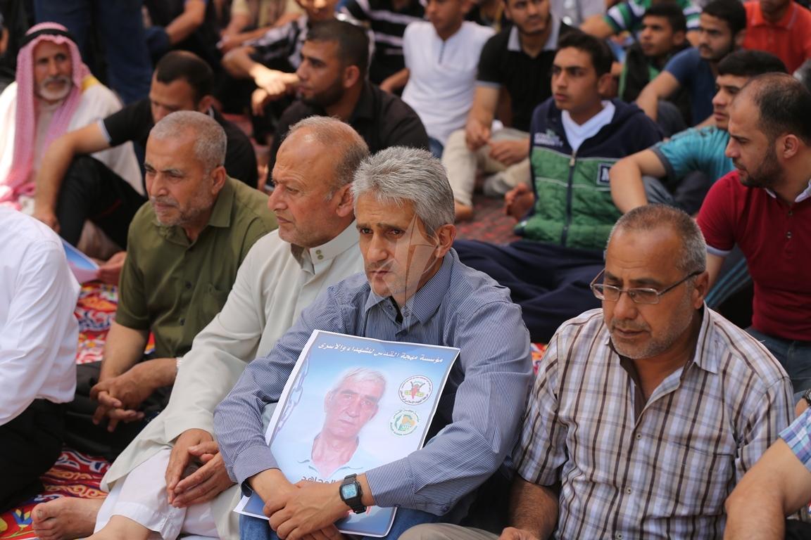 الجهاد الاسلامي تقيم صلاة الجمعة امام مقر الصليب الاحمر بغزة تضامنا مع الاسرى في سجون الاحتلال (38076935) 