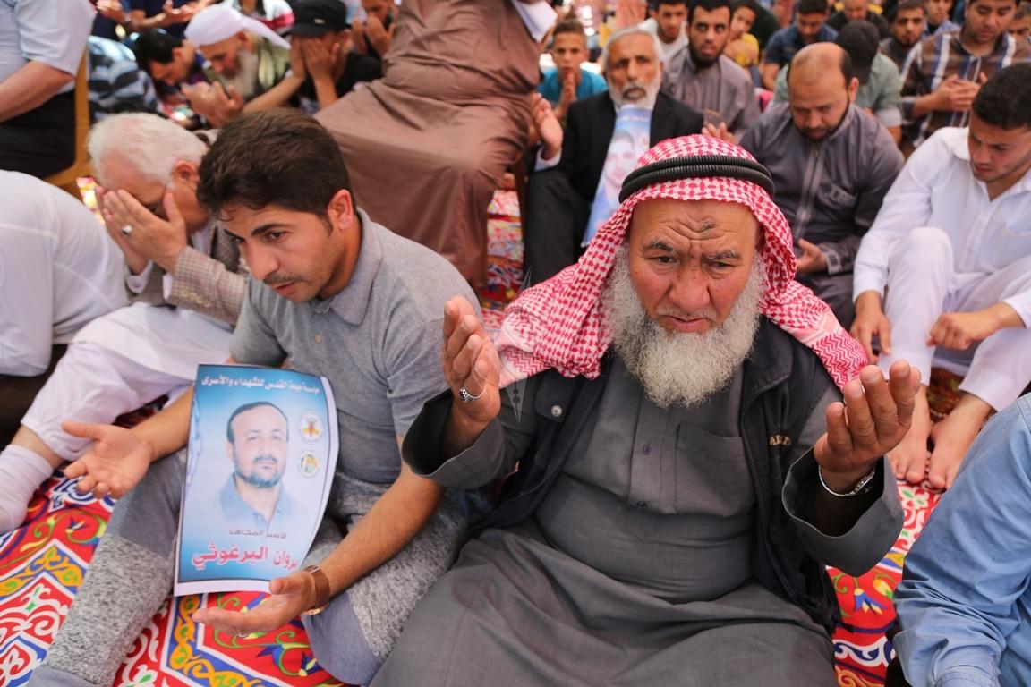 الجهاد الاسلامي تقيم صلاة الجمعة امام مقر الصليب الاحمر بغزة تضامنا مع الاسرى في سجون الاحتلال (38076954) 