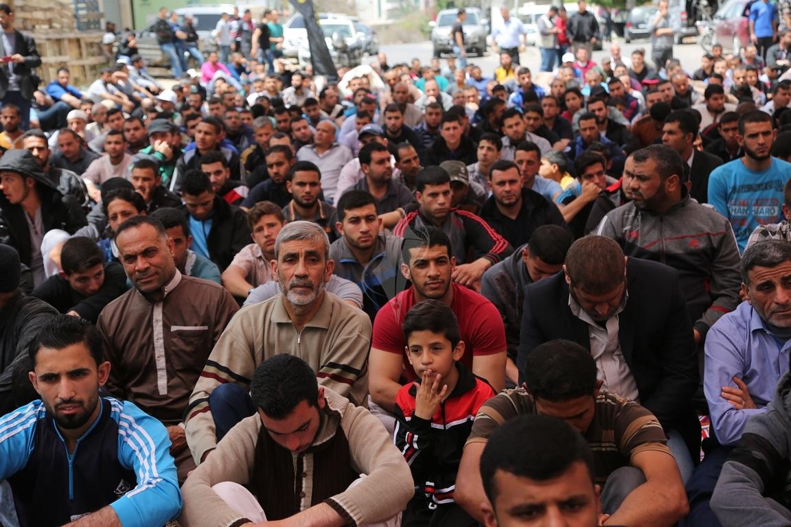 صلاة الجمعة امام مقر الصليب الاحمر بغزة تضامنا مع الاسرى في سجون الاحتلال (39649800) 