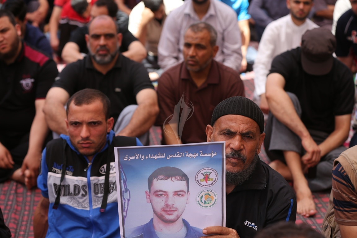 الجهاد الاسلامي تقيم صلاة الجمعة امام مقر الصليب الاحمر بغزة تضامنا مع الاسرى في سجون الاحتلال (38076941) 