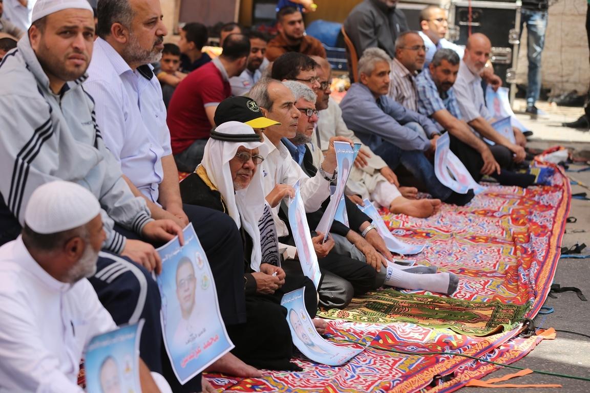 الجهاد الاسلامي تقيم صلاة الجمعة امام مقر الصليب الاحمر بغزة تضامنا مع الاسرى في سجون الاحتلال (38076930) 