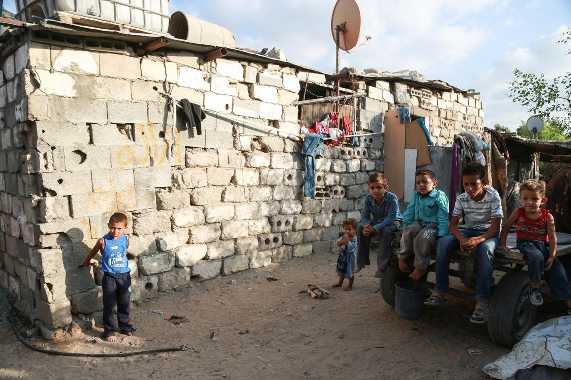 أطفال غزة يلعبون على طريقتهم الخاصة رغم البؤس والفقر والحصار (39518725) 