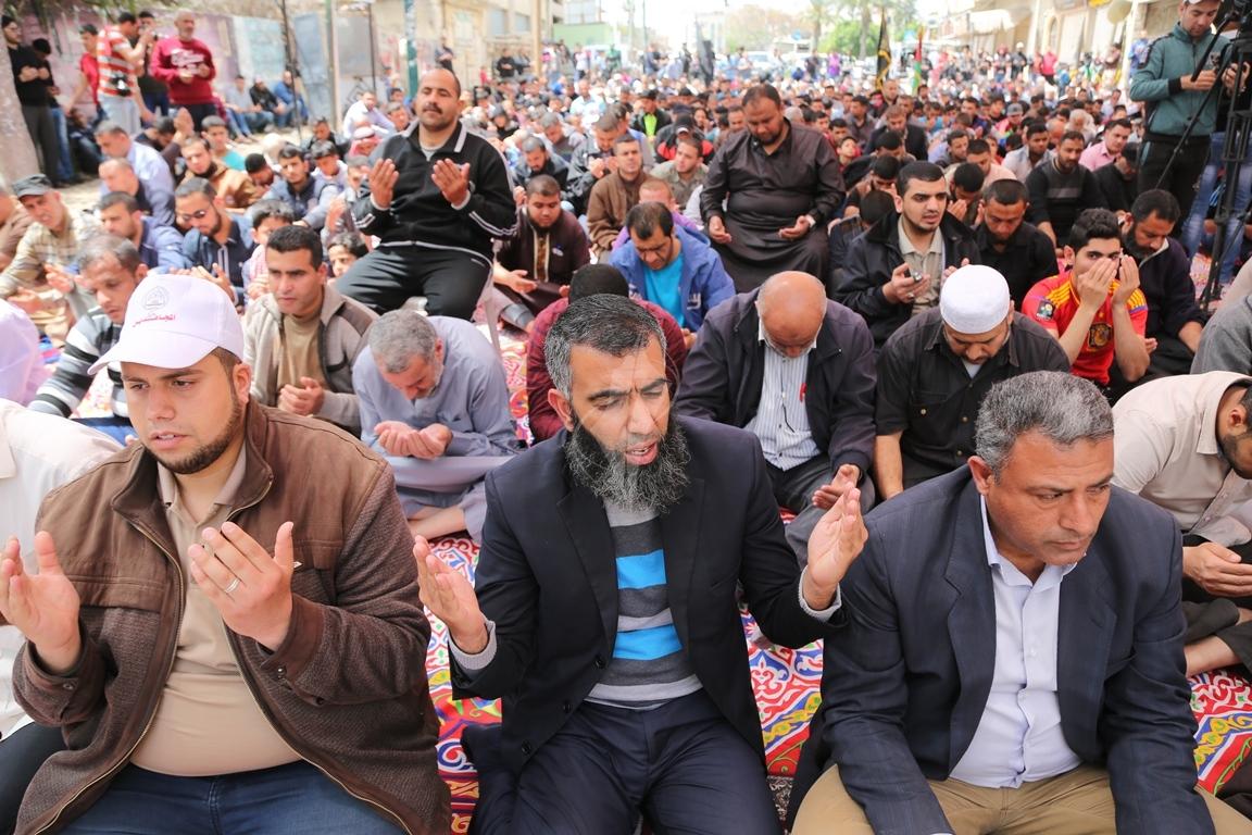 صلاة الجمعة امام مقر الصليب الاحمر بغزة تضامنا مع الاسرى في سجون الاحتلال (39649819) 
