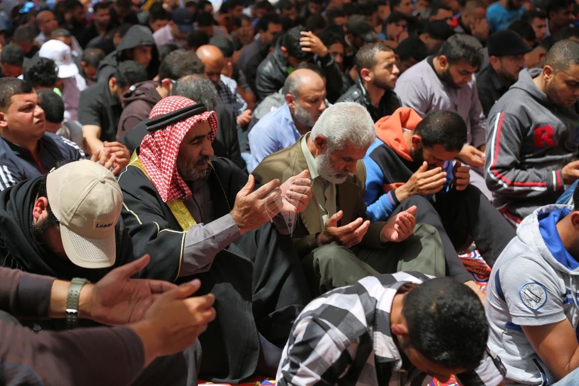 صلاة الجمعة امام مقر الصليب الاحمر بغزة تضامنا مع الاسرى في سجون الاحتلال (39649815) 