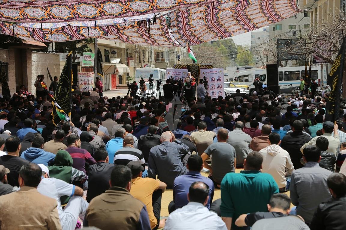 صلاة الجمعة امام مقر الصليب الاحمر بغزة تضامنا مع الاسرى في سجون الاحتلال (39649805) 
