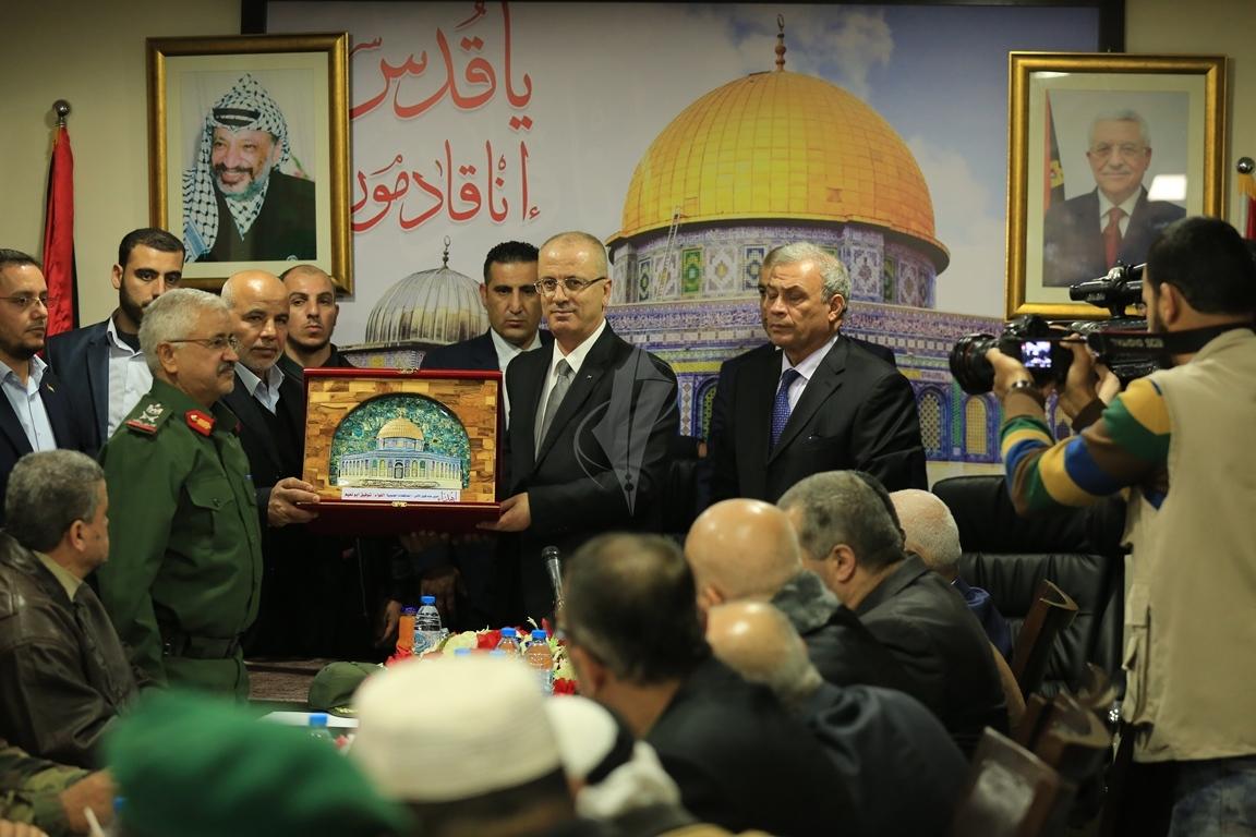 الحمد الله يتسلم وزارة الداخلية في قطاع غزة (38863369) 