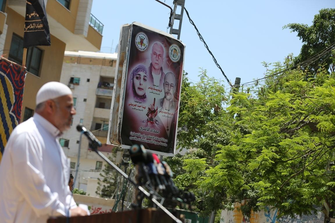 الجهاد الاسلامي تقيم صلاة الجمعة امام مقر الصليب الاحمر بغزة تضامنا مع الاسرى في سجون الاحتلال (38076950) 