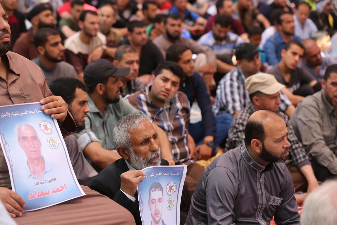 الجهاد الاسلامي تقيم صلاة الجمعة امام مقر الصليب الاحمر بغزة تضامنا مع الاسرى في سجون الاحتلال (38076936) 