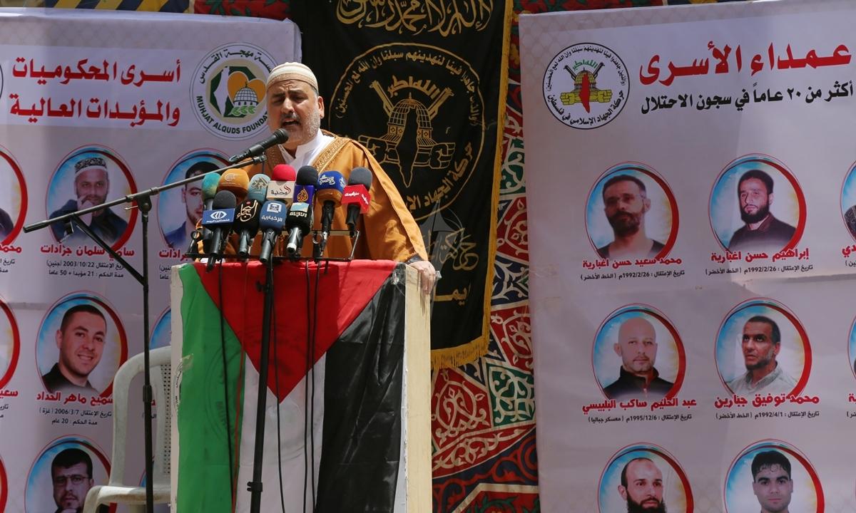 صلاة الجمعة امام مقر الصليب الاحمر بغزة تضامنا مع الاسرى في سجون الاحتلال (39649799) 