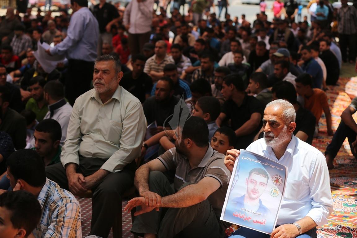 الجهاد الاسلامي تقيم صلاة الجمعة امام مقر الصليب الاحمر بغزة تضامنا مع الاسرى في سجون الاحتلال (38076932) 