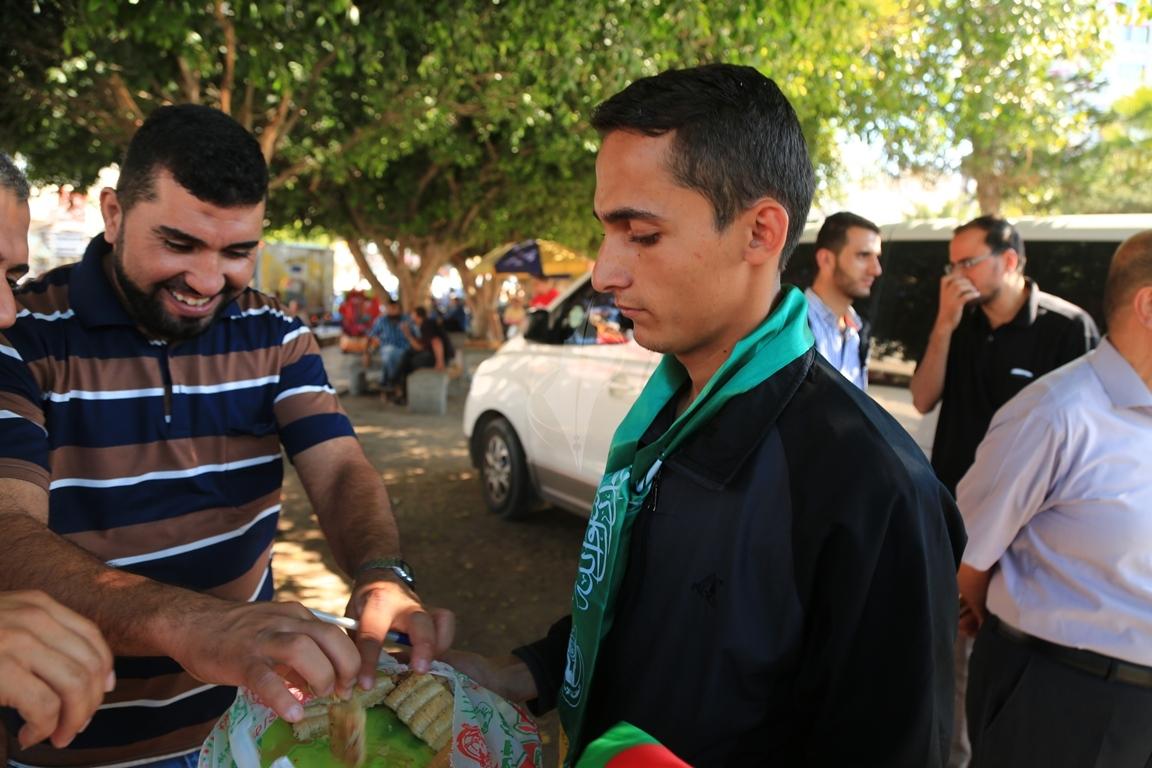 مظاهر احتفال الغزيين باتمام المصالحة الفلسطينية بساحة الجندى المجهول بغزة (388406888) 