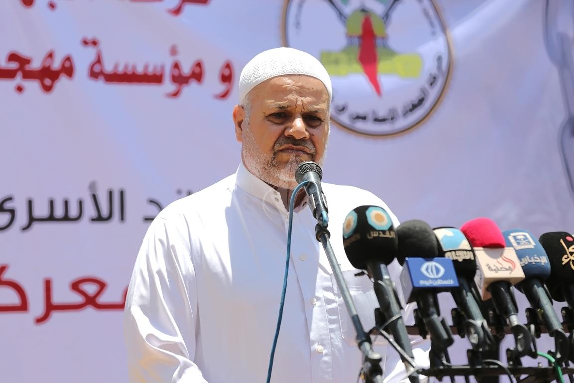 الجهاد الاسلامي تقيم صلاة الجمعة امام مقر الصليب الاحمر بغزة تضامنا مع الاسرى في سجون الاحتلال (38076939) 