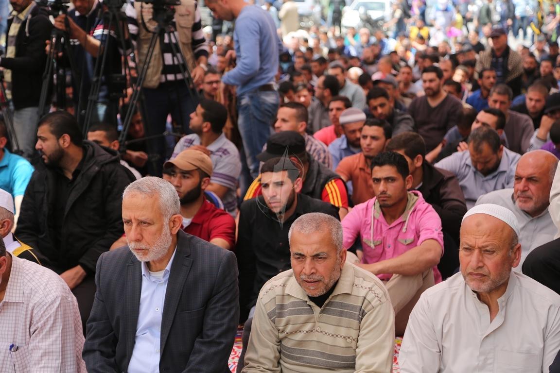 صلاة الجمعة امام مقر الصليب الاحمر بغزة تضامنا مع الاسرى في سجون الاحتلال (39649794) 