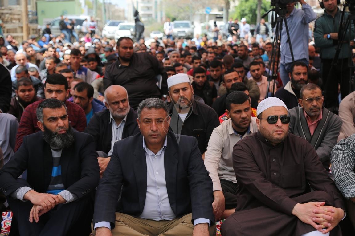 صلاة الجمعة امام مقر الصليب الاحمر بغزة تضامنا مع الاسرى في سجون الاحتلال (39649803) 
