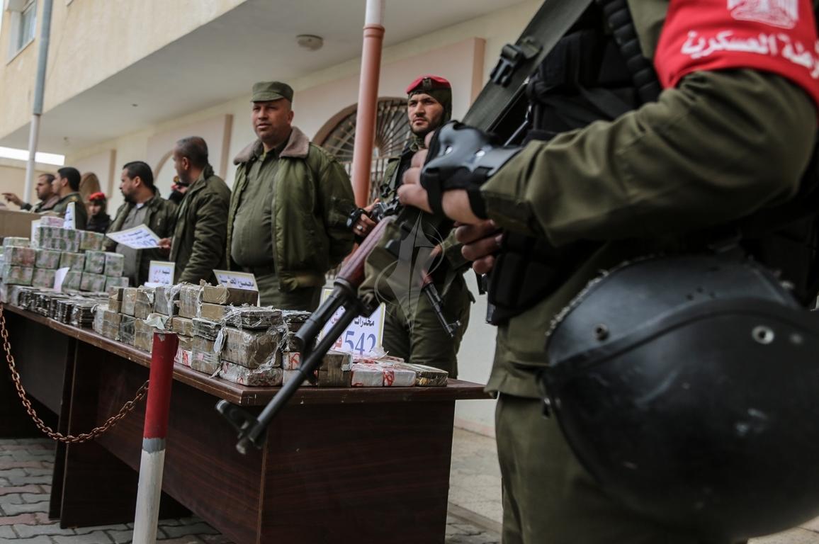 وزارة الداخلية تعقد مؤتمراً صحفياً تعلن فيه حكمها بالإعدام على اثنين من تجار المخدرات والأشقال الشاقة لثالث (38470151) 