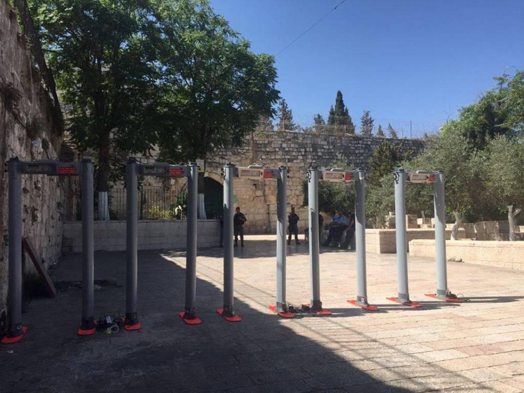 بوابات إلكترونية عند أبواب المسجد الأقصى المبارك (38863362) 