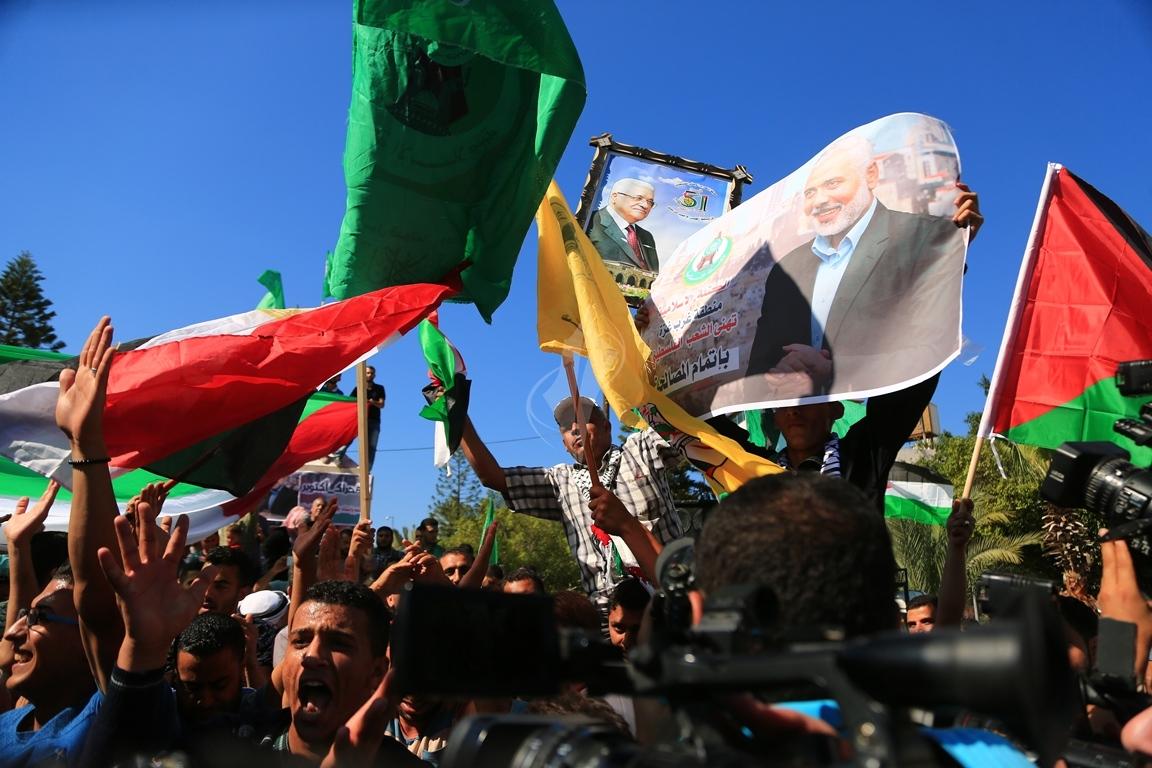 مظاهر احتفال الغزيين باتمام المصالحة الفلسطينية بساحة الجندى المجهول بغزة (388406892) 
