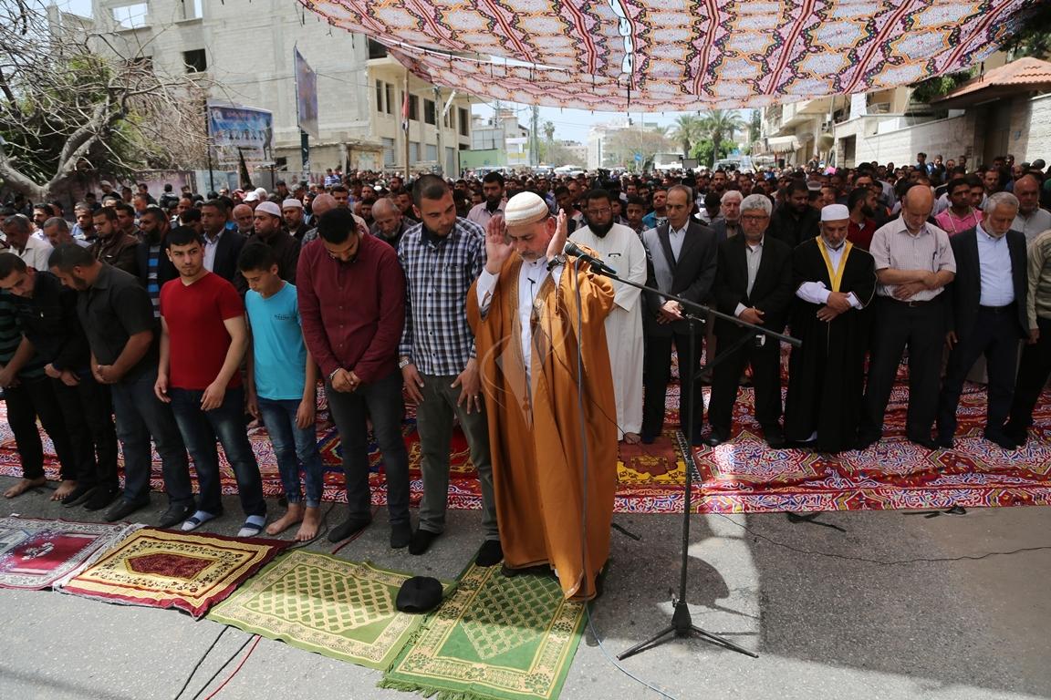 صلاة الجمعة امام مقر الصليب الاحمر بغزة تضامنا مع الاسرى في سجون الاحتلال (39649821) 