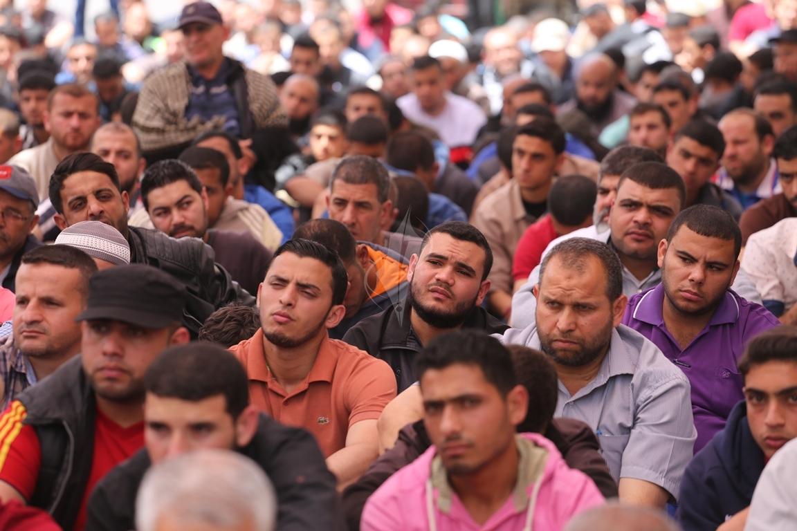 صلاة الجمعة امام مقر الصليب الاحمر بغزة تضامنا مع الاسرى في سجون الاحتلال (39649813) 