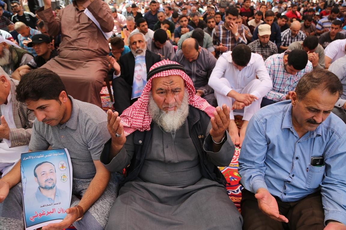 الجهاد الاسلامي تقيم صلاة الجمعة امام مقر الصليب الاحمر بغزة تضامنا مع الاسرى في سجون الاحتلال (38076953) 