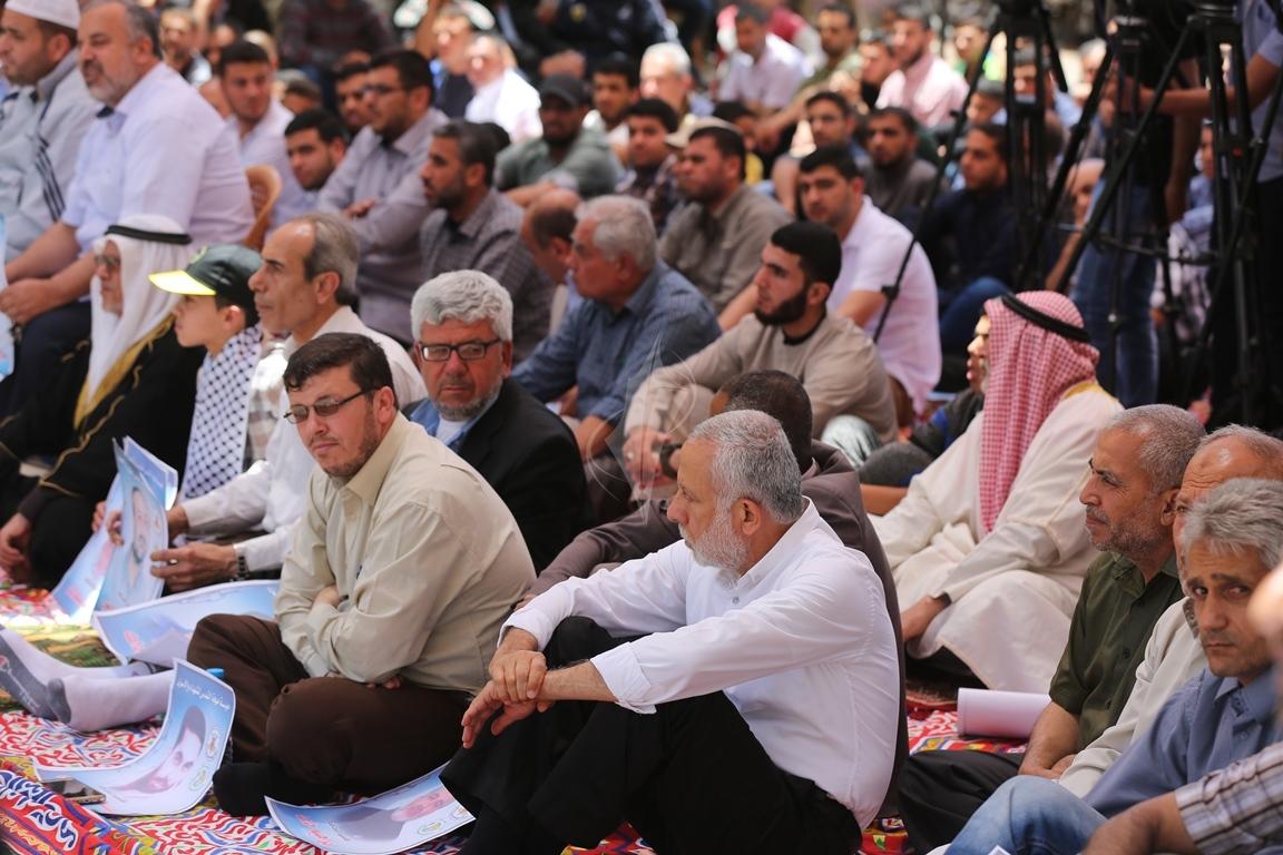 الجهاد الاسلامي تقيم صلاة الجمعة امام مقر الصليب الاحمر بغزة تضامنا مع الاسرى في سجون الاحتلال (38076949) 