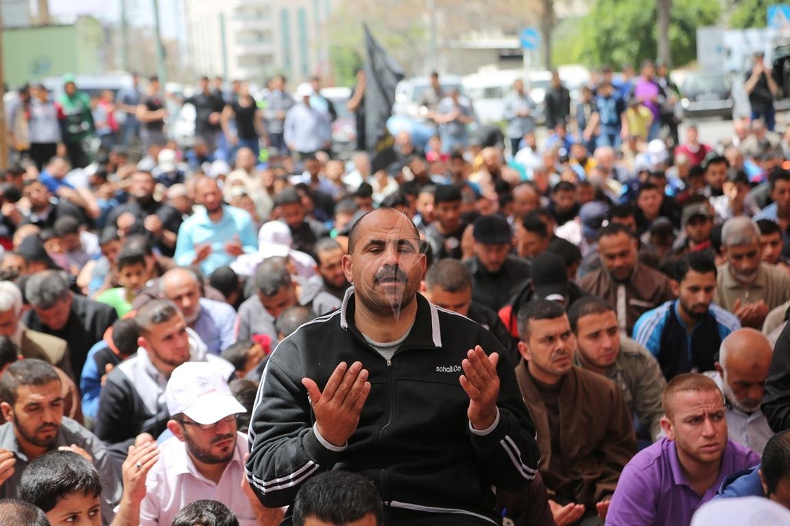صلاة الجمعة امام مقر الصليب الاحمر بغزة تضامنا مع الاسرى في سجون الاحتلال (39649820) 