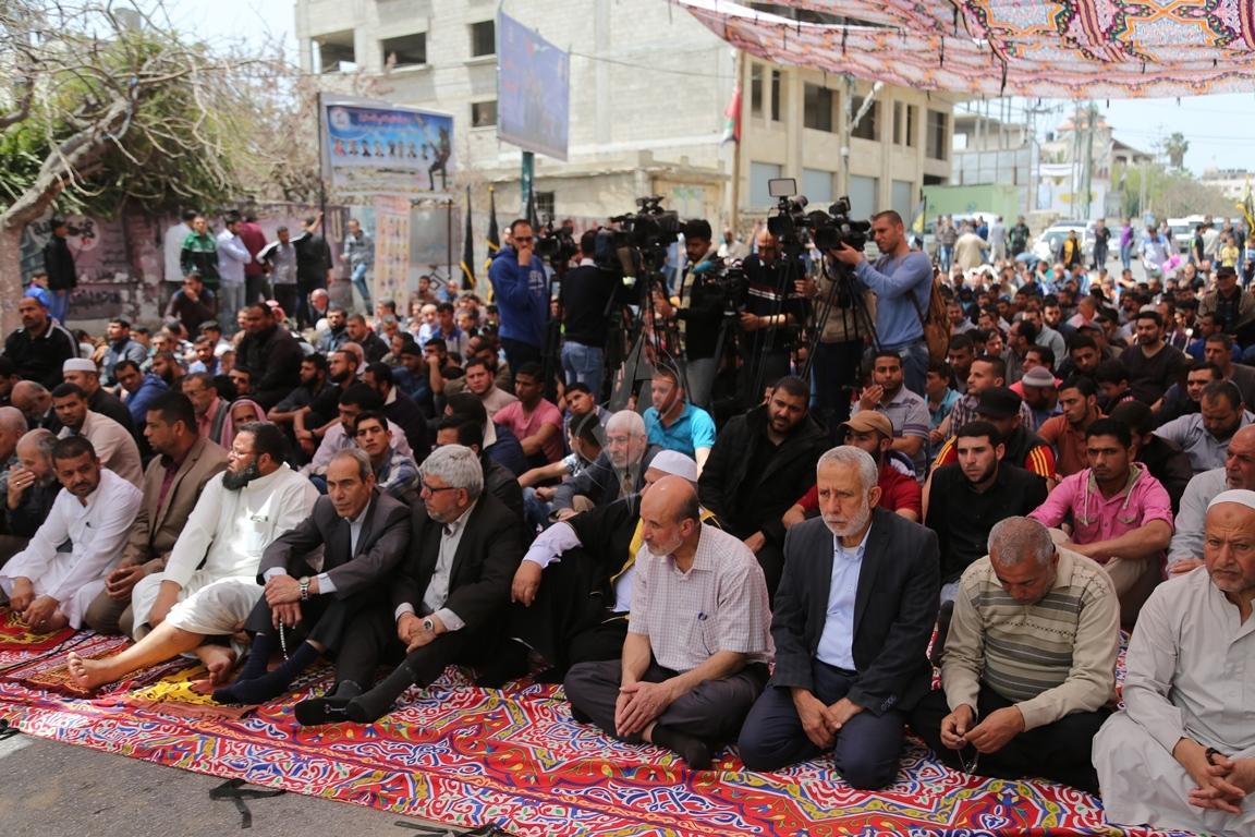 صلاة الجمعة امام مقر الصليب الاحمر بغزة تضامنا مع الاسرى في سجون الاحتلال (39649793) 