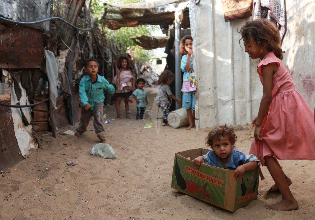 أطفال غزة يلعبون على طريقتهم الخاصة رغم البؤس والفقر والحصار (1)