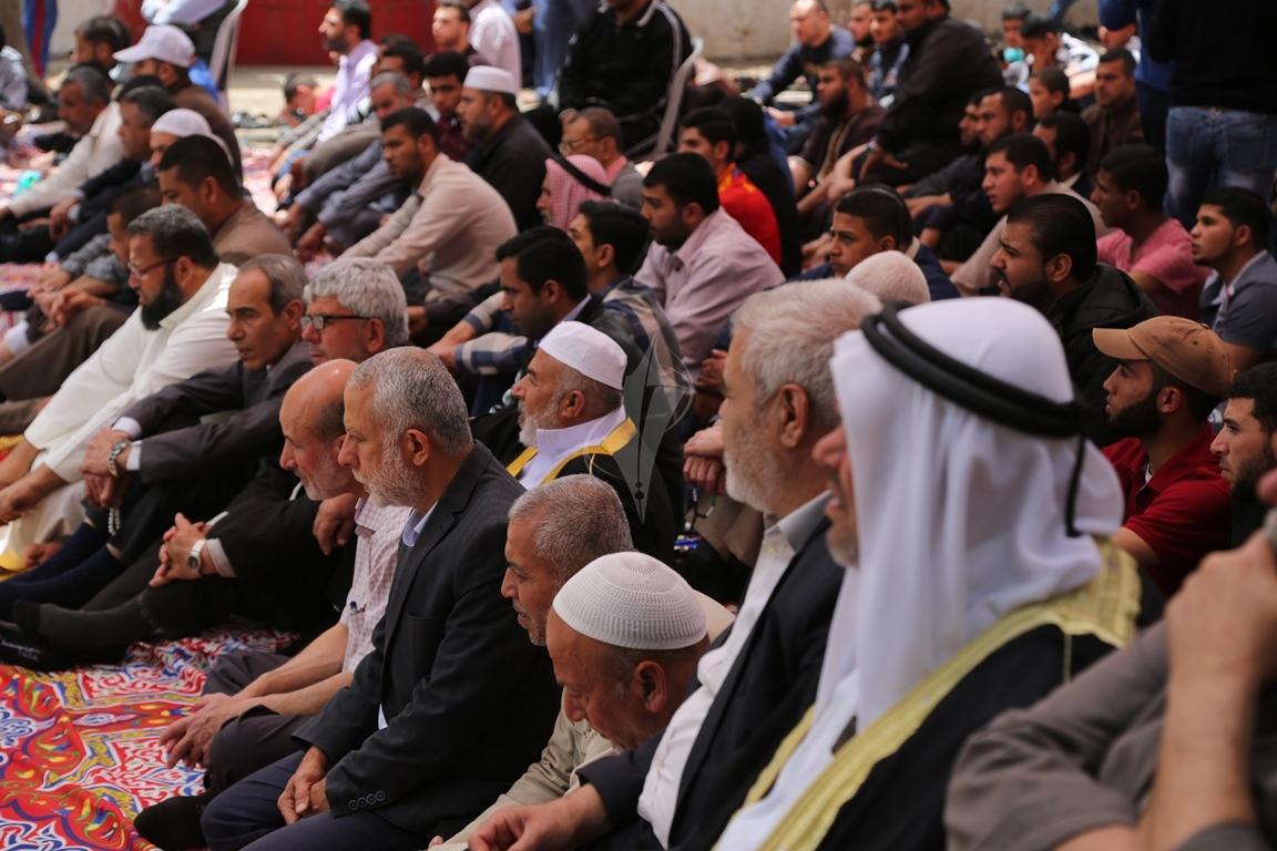 صلاة الجمعة امام مقر الصليب الاحمر بغزة تضامنا مع الاسرى في سجون الاحتلال (39649797) 