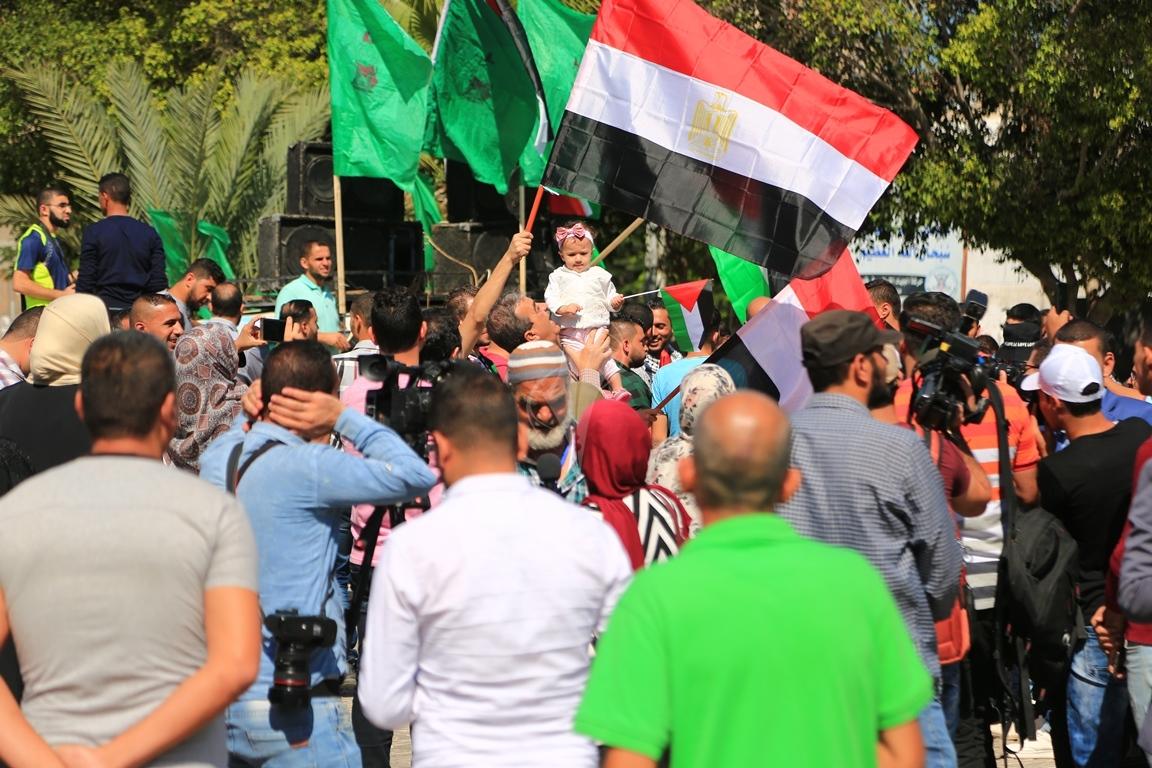 مظاهر احتفال الغزيين باتمام المصالحة الفلسطينية بساحة الجندى المجهول بغزة (1) 