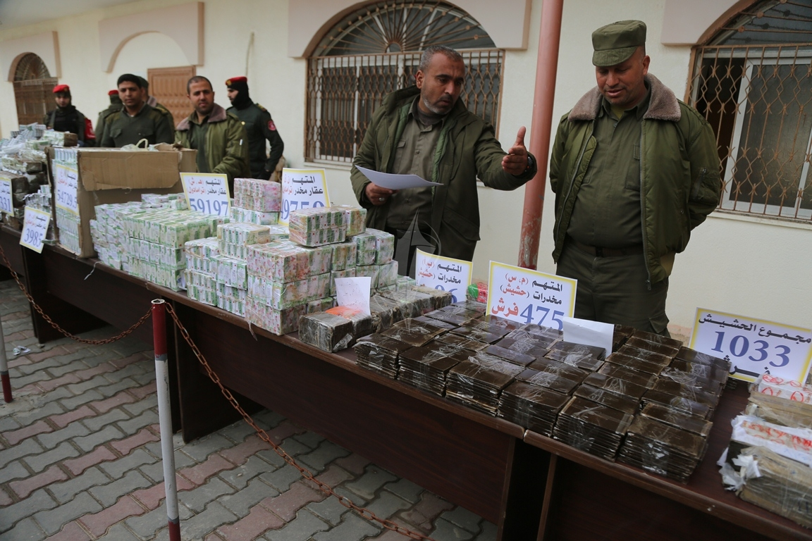 وزارة الداخلية تعقد مؤتمراً صحفياً تعلن فيه حكمها بالإعدام على اثنين من تجار المخدرات والأشقال الشاقة لثالث (38470146) 